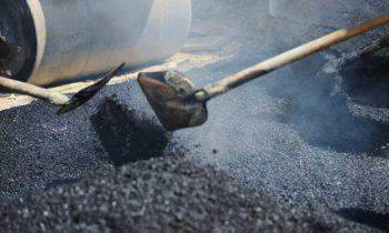 trabajo-duro-construccion-asfalto_21730-4658