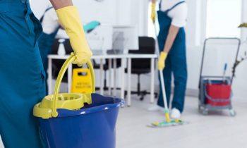 unos-trabajadores-de-una-empresa-de-limpieza-1080x675